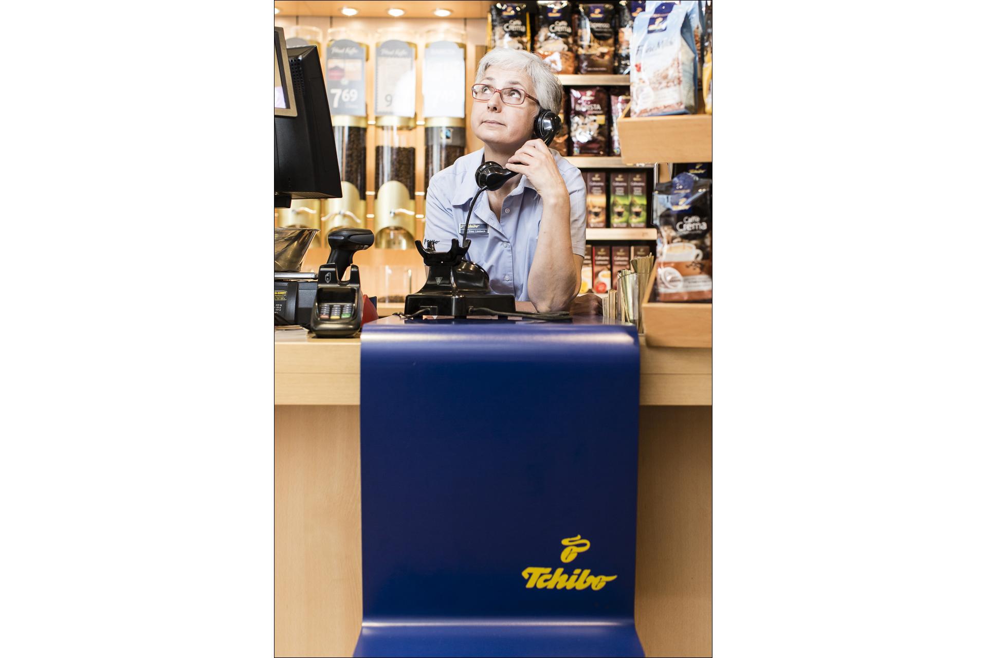 DEU, Bonn, 31.07.2014, Frau Limbach, Tchibo Filiale Poststr.